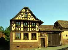 Le pays de Hanau. Bosselshausen. Ferme de 1848. On distingue la figure du «demi-Mann» aux angles. (La maison alsacienne)