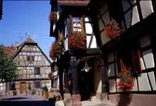 Bouxwiller: rue de l'église. (La maison alsacienne)