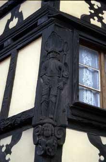 Bouxwiller: poteau cornier d'une maison Renaissance de 1670, rue de l'Eglise. (La maison alsacienne)