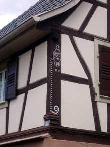 Brumath: poteau cornier � vis d�une maison de 1774 rue Basse. (La maison alsacienne)