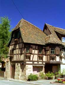 Châtenois: un bel exemple de maison à colombages du XVIIè. (La maison alsacienne)