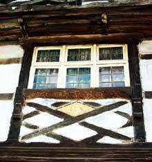 Dauendorf: belle fenêtre à l'encadrement décoré et à allège en losange varré d'une croix de saint André. (La maison alsacienne)