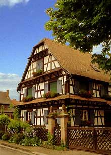 Diebolsheim. Maison typique du Ried avec trois auvents en façade. (La maison alsacienne)