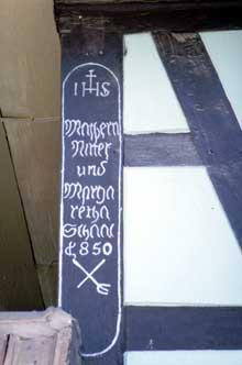 Geispolsheim�cartouche du propri�taire de la maison sur le poteau cornier. (La maison alsacienne)