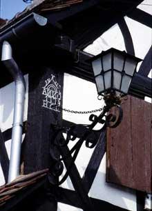 Hoffen: inscription de propriétaire sur poteau cornier. (La maison alsacienne)