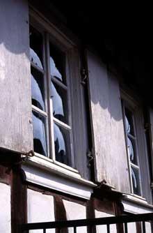 A Hunspach, certaines maisons possèdent encore des fenêtres aux vitres bombées. Sans doute semble t-il pour ne pas voir à l'intérieur des demeures… (La maison alsacienne)