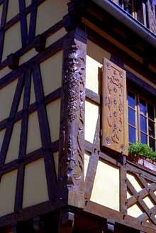 Kintzheim: poteau cornier d'une maison vigneronne. (La maison alsacienne)