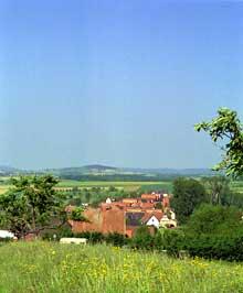 Le pays de Hanau. Kirrwiller. Au second plan, le Bastberg. (La maison alsacienne)
