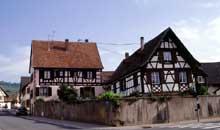 Marlenheim: maisons alsaciennes jouxtant la mairie. (La maison alsacienne)