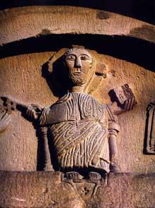 Marlenheim: tympan de l'église, du XIIè: le Christ remet les clefs à Pierre et le livre à Paul