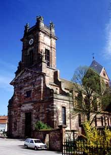 Neuwiller les Saverne: l'abbatiale Saints Pierre et Paul: la façade de 1773 et la tour de croisée