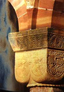 Neuwiller les Saverne, église saints Pierre te Paul: chapiteau roman de la chapelle saint Sébastien, XIIè. Détail