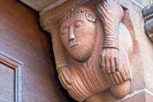 Neuwiller les Saverne, église saints Pierre te Paul: atlante du portail nord