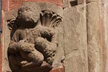 Neuwiller les Saverne, église saints Pierre te Paul: chapiteau réinséré dans le mur du bas côté sud