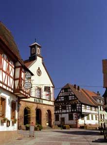 Oberbronn: la mairie et la maison du Boulanger (à droite) de 1740. (La maison alsacienne)