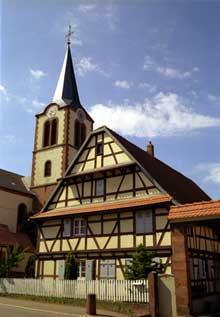 Obermodern en pays de Hanau. Ferme de 1687 et église. (La maison alsacienne)