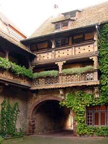 Obernai: une belle cour. (La maison alsacienne)