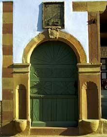 Pfulgriesheimen Kochersberg: Portail d'une ferme. (La maison alsacienne)