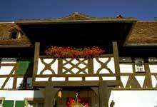 Quatzenheim: ferme de 1610: balcon stylisé. Les fleurs de lys sculptées ne symbolisent pas ici la maison de France. (La maison alsacienne)