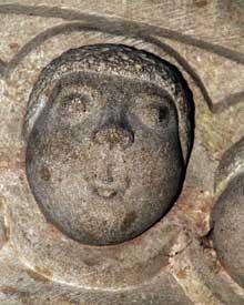 Rosheim: église saints Pierre et Paul: le chapiteau des têtes. Détail