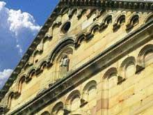 Rosheim: saints Pierre et Paul: le pignon de la façade occidentale et ses bandes lombardes