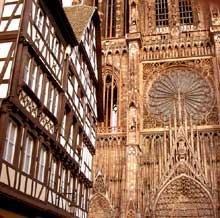 Strasbourg, cathédrale: Façade occidentale vue de la rue mercière. A gauche, l'ancienne pharmacien du Cerf, bâtiment Renaissance de 1567