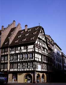 Strasbourg: l'ancienne pharmacie du Cerf, place de la cathédrale. (La maison alsacienne)