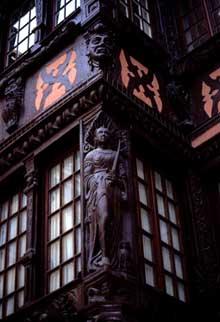 Strasbourg: superbe oriel du XVIIè, rue du Fossé des Tailleurs. (La maison alsacienne)