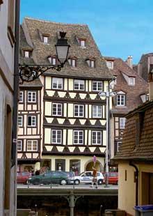 Strasbourg centre: vue de la rue du Maroquin sur le quai des Bateliers. (La maison alsacienne)