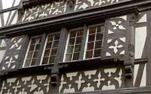 Strasbourg centre, rue du Maroquin: superbe façade interprétant les registres de décors des colombages chaises curules, losanges, consoles... (La maison alsacienne)