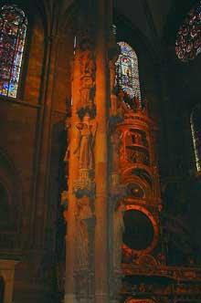 Strasbourg, cathédrale: le célèbre pilier des anges, oeuvre de transition roman - gothique