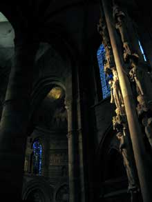 Strasbourg, cathédrale: le célèbre pilier du Jugement. Vue du transept sur le chœur