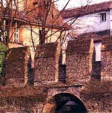 Strasbourg Krutenau: partie du mur d'enceinte médiévale derrière l'église Sainte Madeleine
