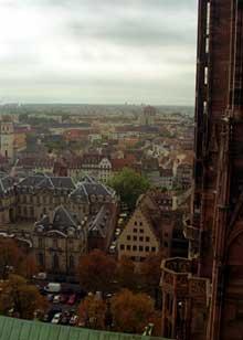 Strasbourg: vue de la terrasse de la cathédrale: Le palais des Rohan et le musée de l'œuvre Notre Dame
