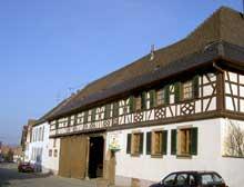 """Truchtersheim: la ferme Weiss, """"S'Dewelde"""" se trouve au 9, rue de Strasbourg. Elle date de 1821 et comporte deux portes charretières. (La maison alsacienne)"""