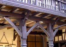 Truchtersheim: la ferme Weiss: le porche et la galerie. (La maison alsacienne)