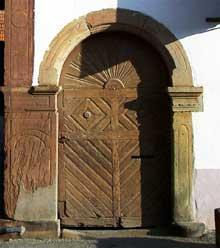 Truchtersheim: la ferme Weiss: le portillon au linteau cintré. (La maison alsacienne)