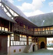 Truchtersheim: Cour intérieur et galerie de la ferme Weiss. (La maison alsacienne)