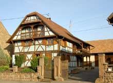 """Truchtersheim: la ferme Haegenaer dite aussi """"s'Korlers"""" date du milieu du XVIIIè. Les montants des portillons sont ornés de sièges et de niches coiffées de coquilles. (8 rue de l'église). (La maison alsacienne)"""