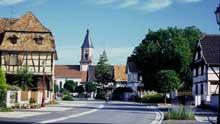 Rue Principale. Au premier plan, une des deux maisons de la Dîme que compte le village. (La maison alsacienne)
