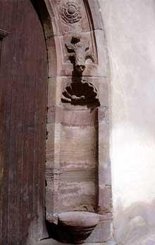 Westhoffen: niche du piédroit d'un porche. (La maison alsacienne)