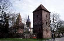 Wissembourg: l'enceinte avec une tour. Au second plan, la Sous Préfecture et l'abbatiale