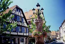 Wissembourg: rue pittoresque. (La maison alsacienne)