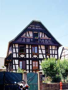 Zutzendorf: cette maison a appartenu à la célèbre famille de charpentiers, les  Schini, venus de Suisse au XVIIIè, qui apportèrent à la construction à colombage leur style particulier, où la verticale domine. (La maison alsacienne)