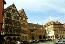 Colmar: place de la cathédrale avec de gauche à droite: la maison Pfister, la maison Adolph (de 1350), le Corps de Garde (1575)