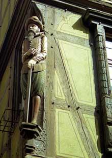 Colmar: Poteau cornier de la Maison Pfister. (La maison alsacienne)