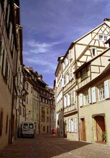 Colmar: superbe et silencieuse, la rue des Tanneurs. (La maison alsacienne)