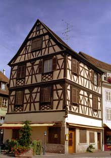 Colmar: maison, place des Six Montagnes Noires. (La maison alsacienne)