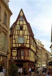 Colmar: la rue des Boulangers. (La maison alsacienne)
