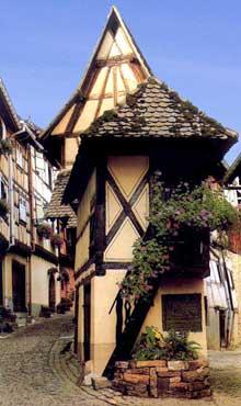 Eguisheim. Maison et rue médiévale. (La maison alsacienne)